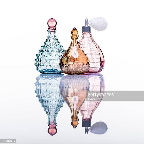 Bouteilles de parfum photo en studio sur fond blanc avec reflet