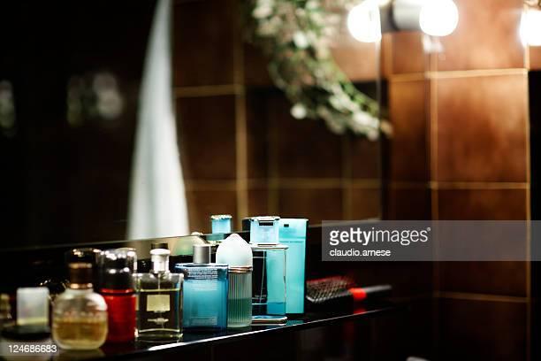 Parfum dans une salle de bains. Image en couleur