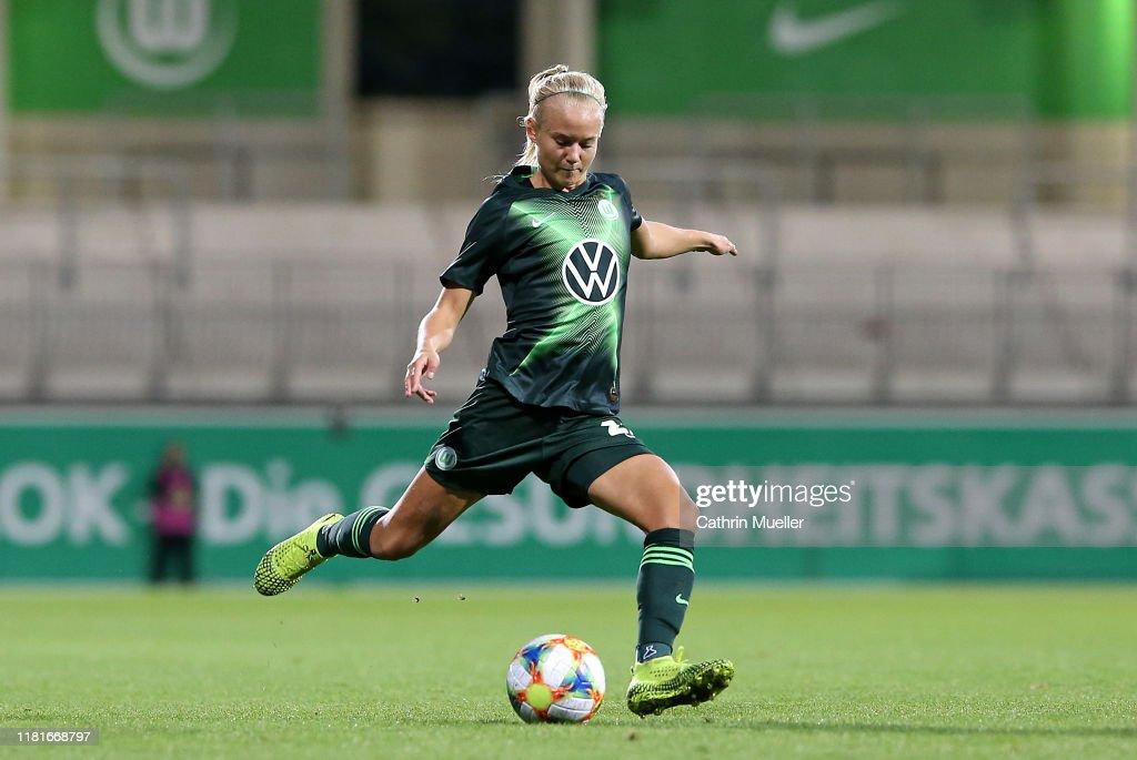 VfL Wolfsburg v Twente Enschede - UEFA Women's Champions League Round of 16: First Leg : News Photo