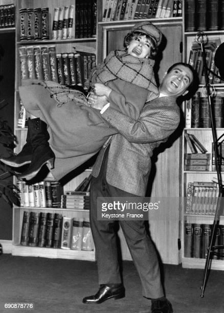 Perrette Pradier et JeanMarc Thibault dans la pièce 'MaryMary' au Théâtre Antoine à Paris France le 22 septembre 1963