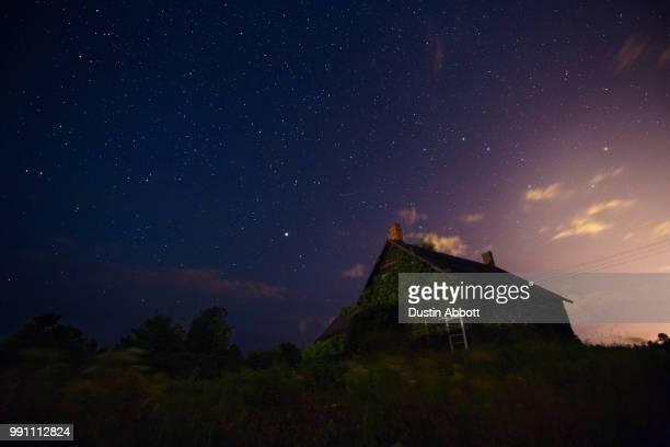 perseid meteors over pembroke - dustin abbott imagens e fotografias de stock