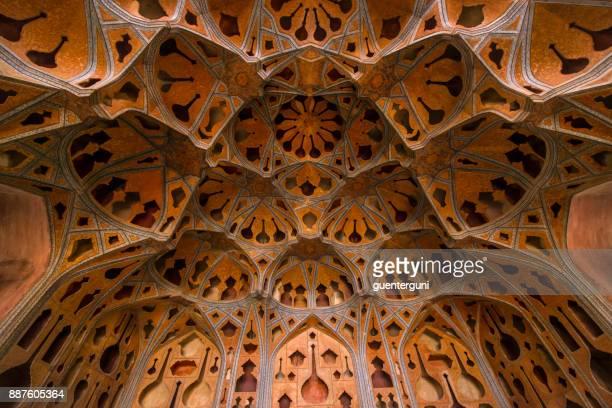 persische architektur - fresken und stuckarbeiten, isfahan, iran - isfahan stock-fotos und bilder