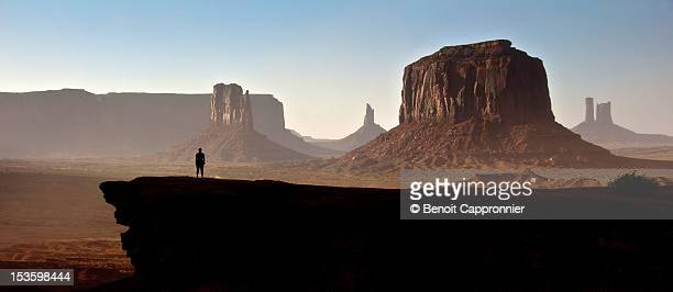 person at john ford point - monument valley tribal park photos et images de collection