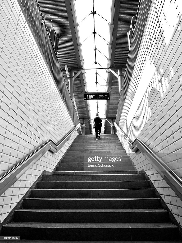 Person climbing stairs : Stock-Foto