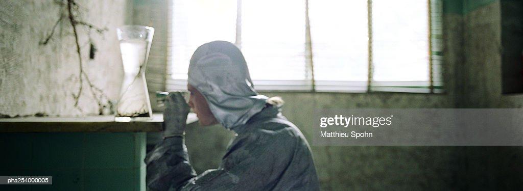Person examining vase : ストックフォト