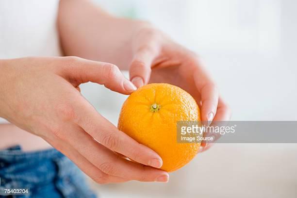 Personne tenant une orange