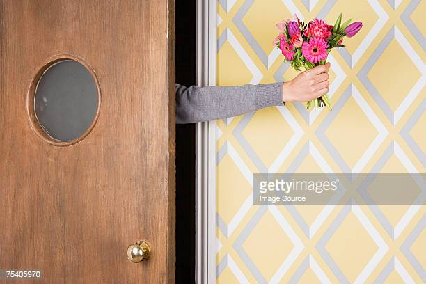 花束を持つ人 - 和解 ストックフォトと画像