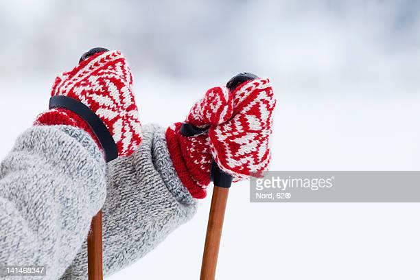 person holding ski poles - paire de gants photos et images de collection