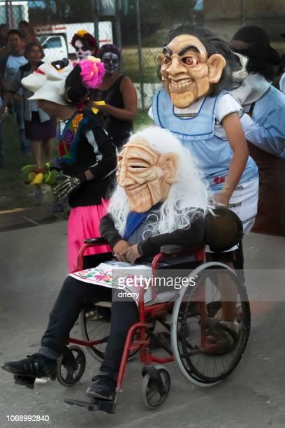 Personne dans un fauteuil roulant appréciant le Día de los Muertos Festival à Oaxaca