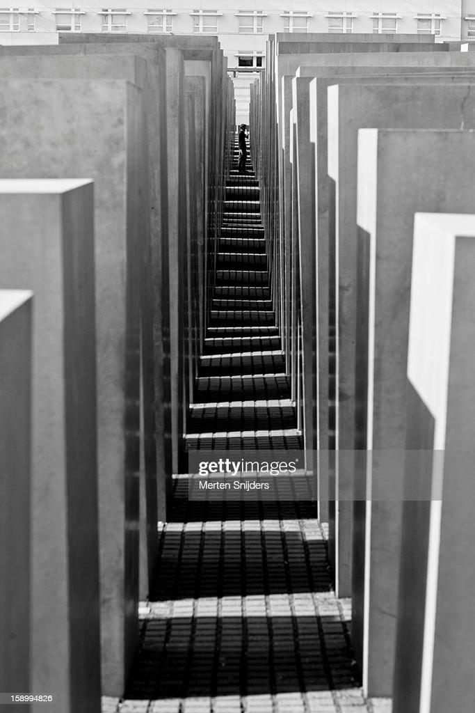 Person in walkway of Holocaust memorial : Stockfoto