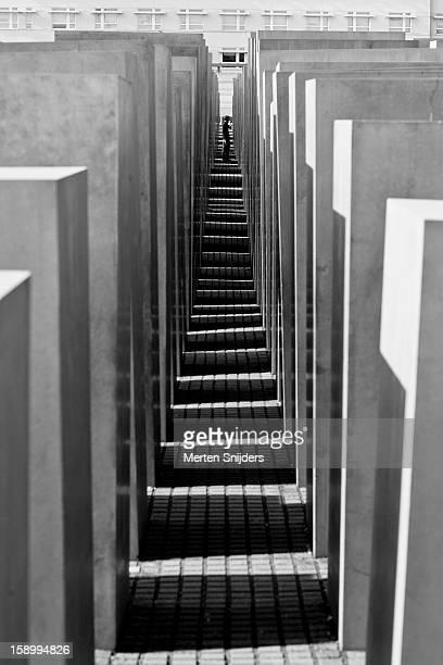 person in walkway of holocaust memorial - merten snijders photos et images de collection