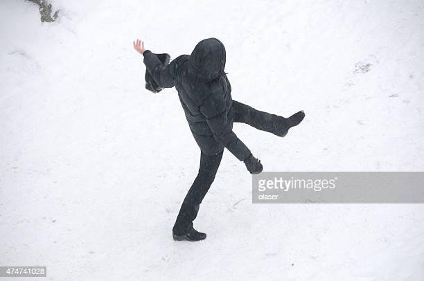 Person in Winterkleidung tragen auf die mit Schnee bedeckten Fußgängerweg