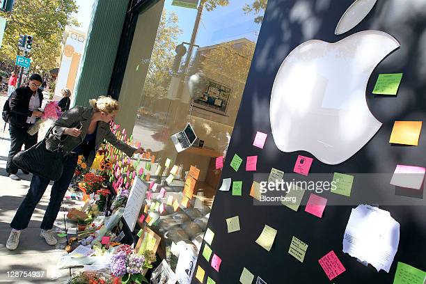 Cacilla Mueller of Germany leaves a postit note at a memorial for Steve Jobs cofounder and former chief executive officer of Apple Inc outside an...