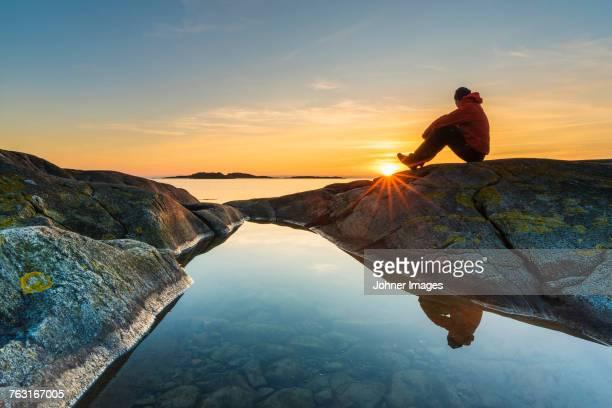 person looking at sunset at sea - arquipélago - fotografias e filmes do acervo