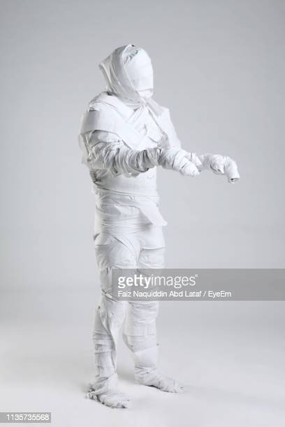 person mummified against white background - mummy - fotografias e filmes do acervo