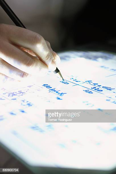 person pointing to text on an overhead projector - overheadprojector stockfoto's en -beelden
