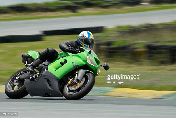 person riding a motorcycle on a motor racing track - corrida de motocicleta - fotografias e filmes do acervo