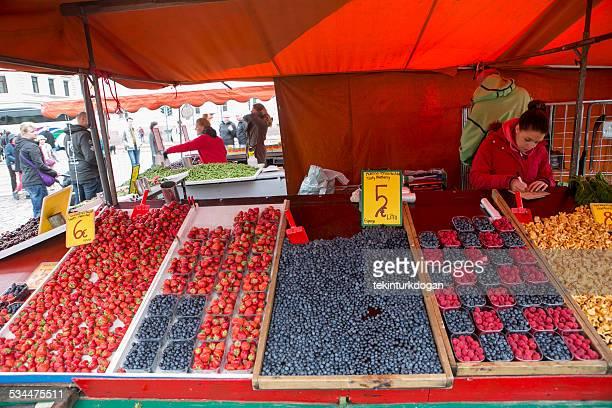 人の新鮮なフルーツを販売するマーケットスクエアフィンランドのヘルシンキ