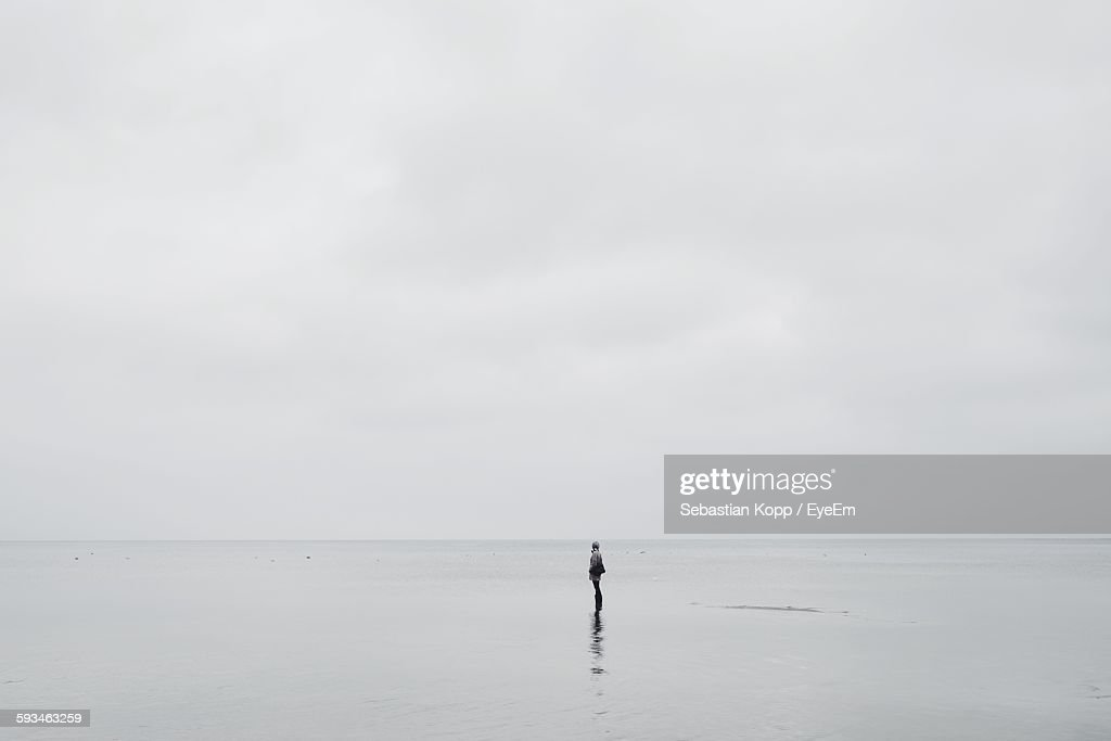 Person Standing On Beach Against Sky : Stock-Foto