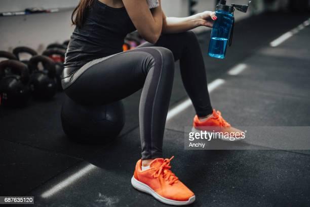 Une personne qui prend une pause au milieu d'entraînement dur