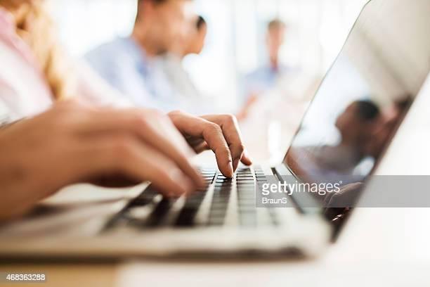 Nicht erkennbare person Tippen auf der Computertastatur.