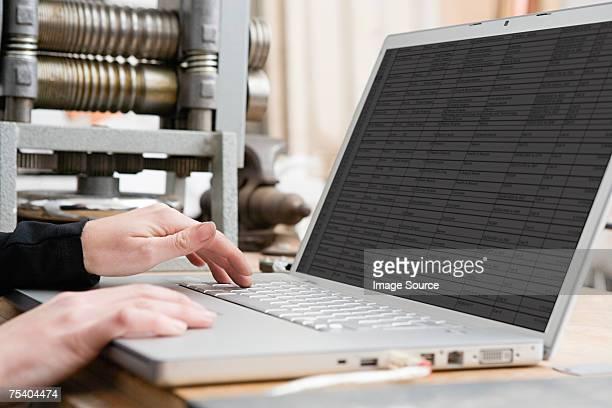 Persona con capacidad para una computadora portátil