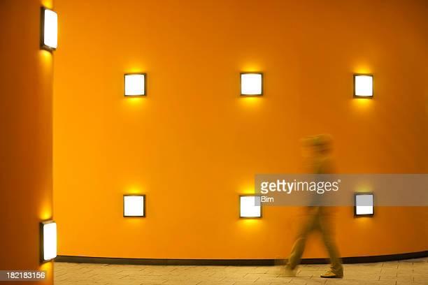 人の入ったオレンジ色の壁を照らし、夜のアクションショット