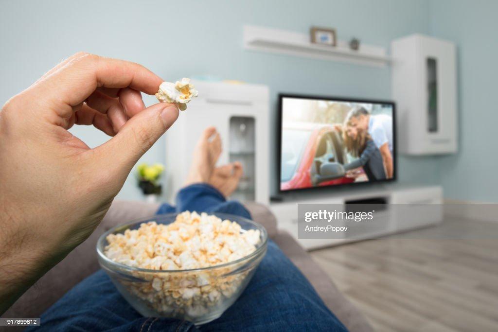 Person Film beim Essen Popcorn : Stock-Foto