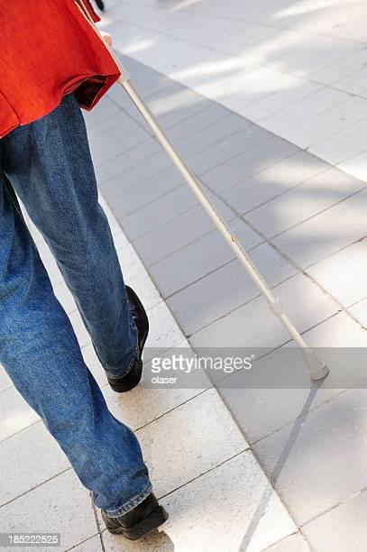 persona con bastone da passeggio in piastrelle marciapiede - bastoni foto e immagini stock
