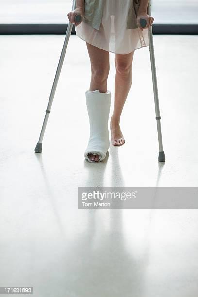 Person mit Angeln am Bein mit Krücken