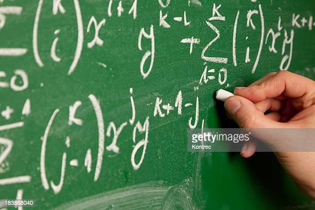 Person Schreiben auf Tafel mathematische Gleichung