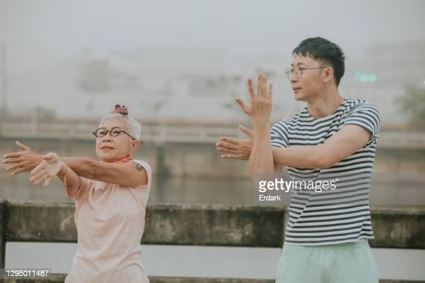 persoonlijke coach voor excercising-stock foto - aziatische etniciteit stockfoto's en -beelden