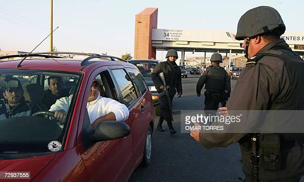 Personal de la marina mexicana lleva a cabo un control de los automovilistas que se deplazan por la autopista que une Tijuana con la ciudad de...