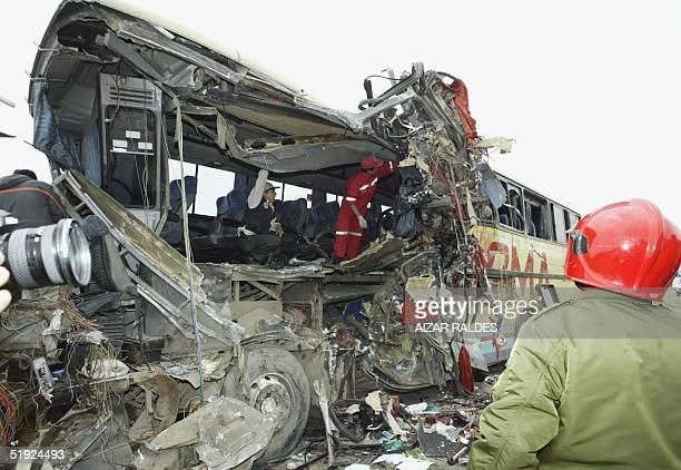 Personal de la Policia de Bomberos trabaja el 07 de enero de 2005 entre los restos de uno de los tres autobuses que chocaron la altura de la...