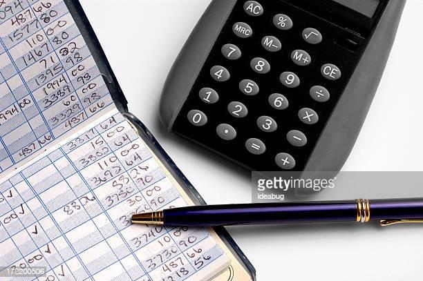Persönliche Finanzen-Balancing Scheckbuch mit Stift und Taschenrechner