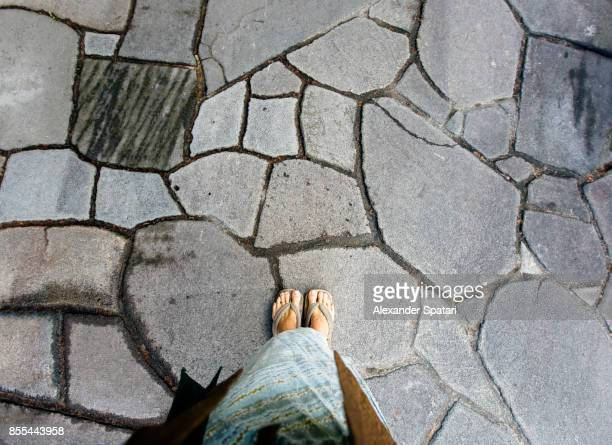 personal perspective of a man wearing yukata and traditional japanese zori sandals - 玉石 ストックフォトと画像