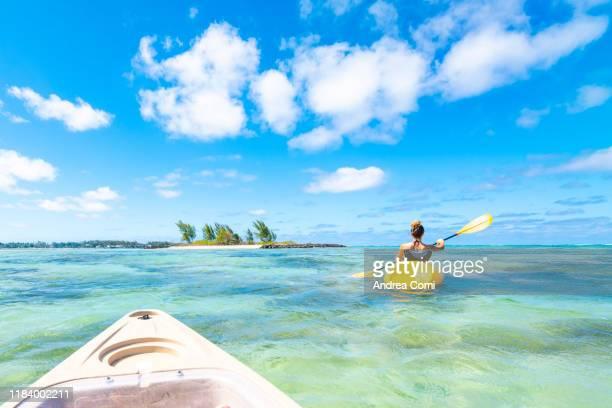 personal perspective of a person canoeing - islas mauricio fotografías e imágenes de stock