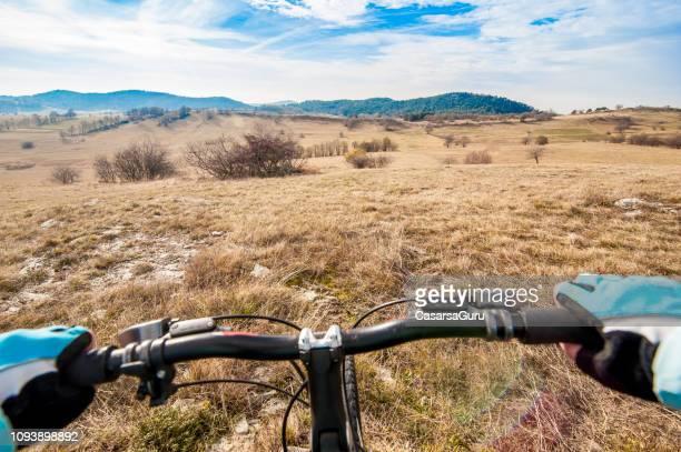 perspectiva personal de mountain bike cross.country rider - cross country cycling fotografías e imágenes de stock