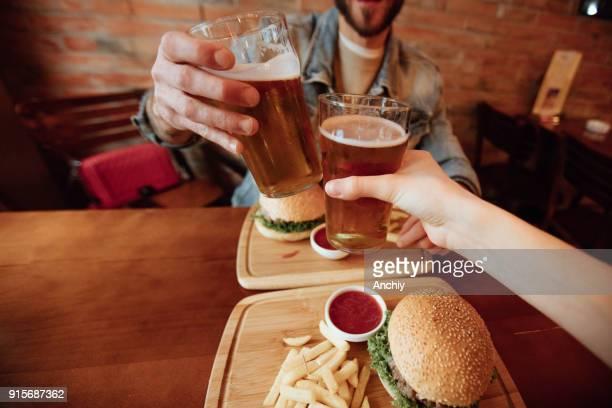 Personligt perspektiv av romantiska millennials måltid