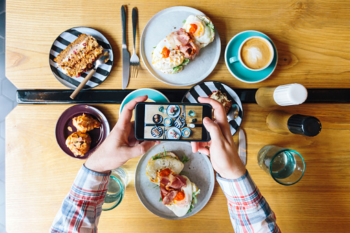 Personal perspective view of man photographing his brunch in cafe with smartphone - gettyimageskorea