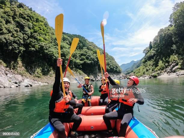 ponto de vista pessoal de um grupo de pessoas celebrando o sucesso enquanto fazer rafting no rio água branca - rafting em águas selvagens - fotografias e filmes do acervo