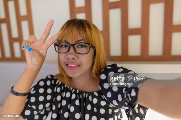 自宅の寝室でアジアの 10 代少女動画ブログの個人用のビュー