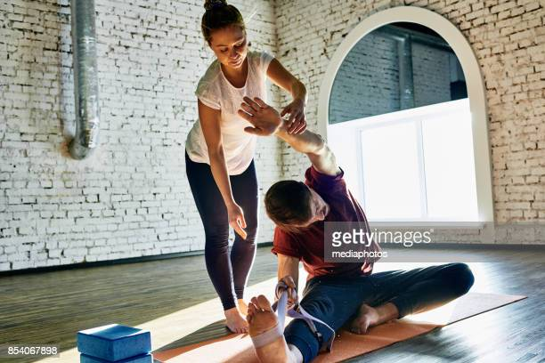 personal yoga trainer - yoga teacher stock pictures, royalty-free photos & images