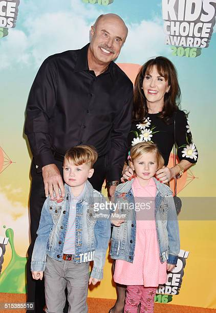 TV personalities Dr Phil McGraw Robin McGraw and grandchildren Avery and London attend Nickelodeon's 2016 Kids' Choice Awards at The Forum on March...