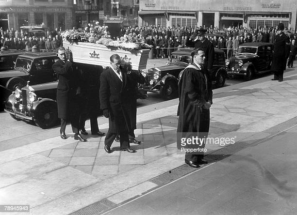 18th March 1955 The coffin of Sir Alexander Fleming is carried into StPaul's Cathedral to be buried in the crypt Sir Alexander Fleming a Scottish...