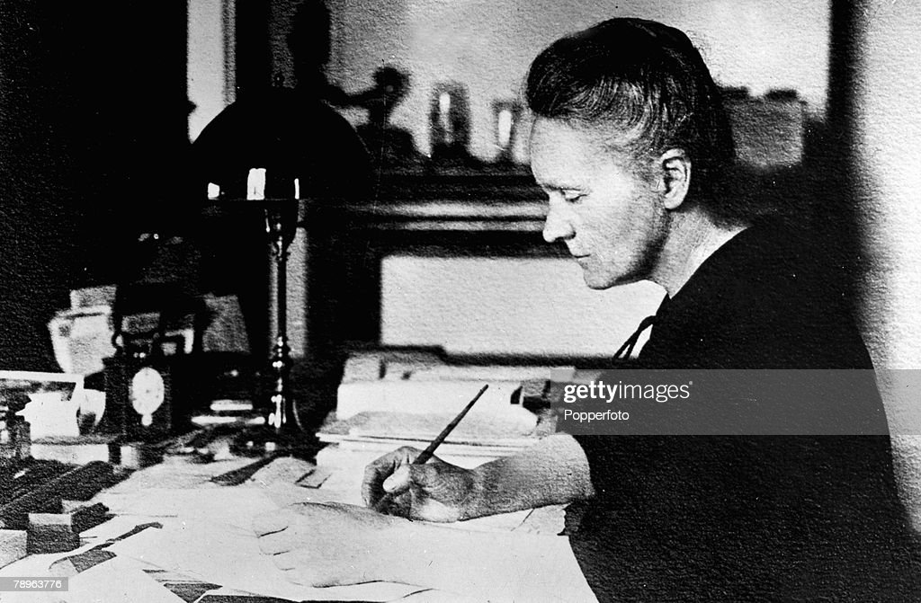 Personalities. Medicine. Science/Health. pic: circa 1910. Marie Curie, (Polish born French Physicist) 1867-1934, pictured working at her desk. Marie Curie won the 1903 Nobel Prize for Physics with husband Pierre and after his death in 1906 she won the 191 : News Photo