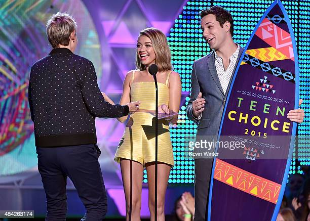 TV personality Ellen DeGeneres accepts the Choice Comedian Award from actors Sarah Hyland and Skylar Astin onstage during the Teen Choice Awards 2015...