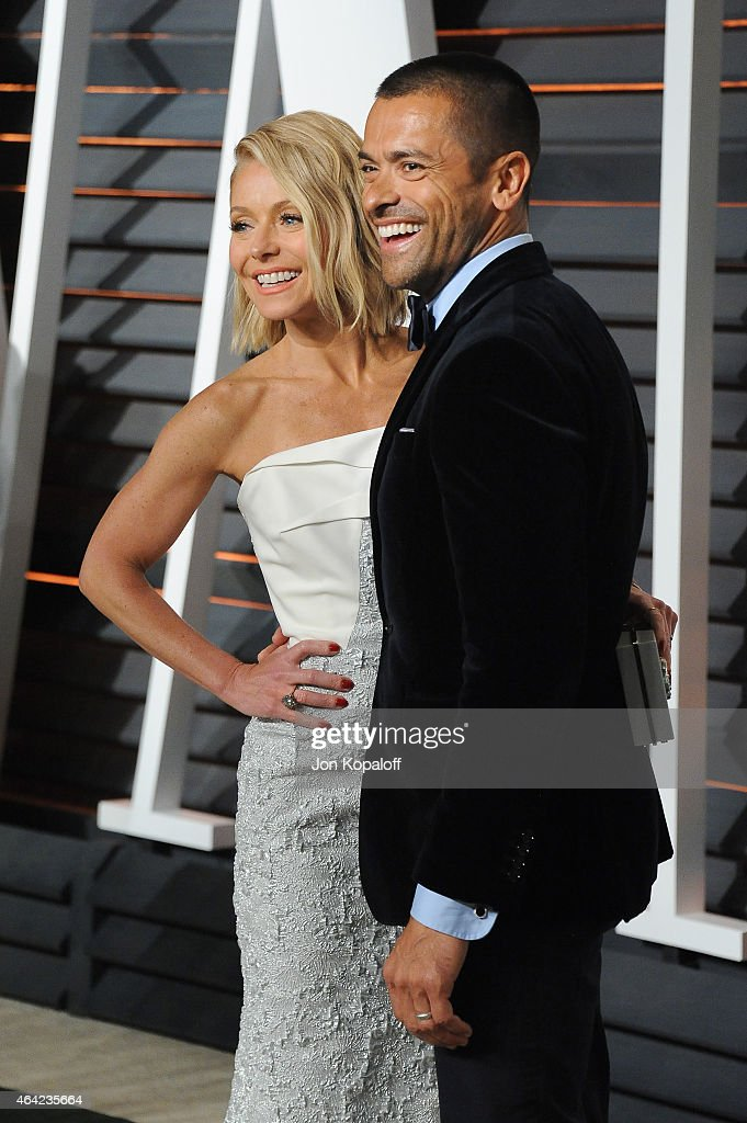 TV personality Kelly Ripa (L) and actor Mark Consuelos attends the 2015 Vanity Fair Oscar Party hosted by Graydon Carter at Wallis Annenberg Center for the Performing Arts on February 22, 2015 in Beverly Hills, California.