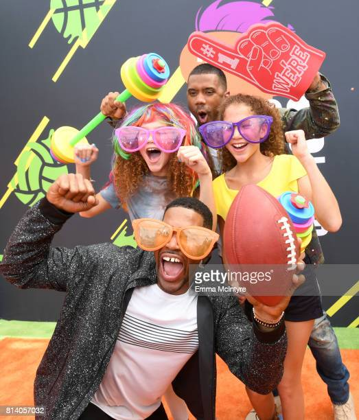 Personality Michael Strahan, Isabella Strahan, host Russell Wilson and Sophia Strahan attend Nickelodeon Kids' Choice Sports Awards 2017 at Pauley...