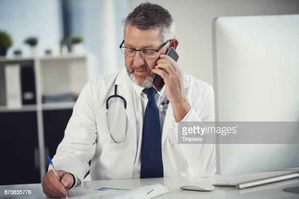 persoonlijk feedback te leveren aan een patiënt - huisarts stockfoto's en -beelden